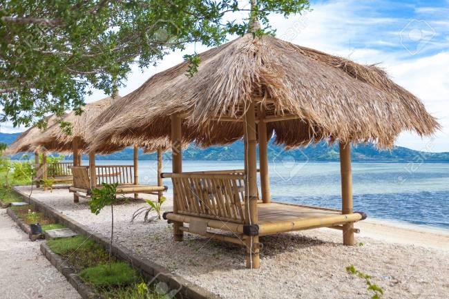 nhà tre mái lá bãi biển